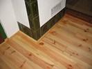 Detail borovicové olejované podlahy u krbu