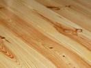 Detail masivní borovicové podlahy