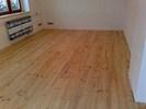 Masivní borovicová podlaha