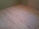 Borovicová masivní podlaha, kartáčovaná s bílým olejem