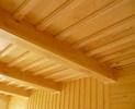 Borovicový stropní obklad s lištovaným záklopem voskovaný