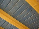 Kartáčované stropní trámy + olejovaný barevný záklop